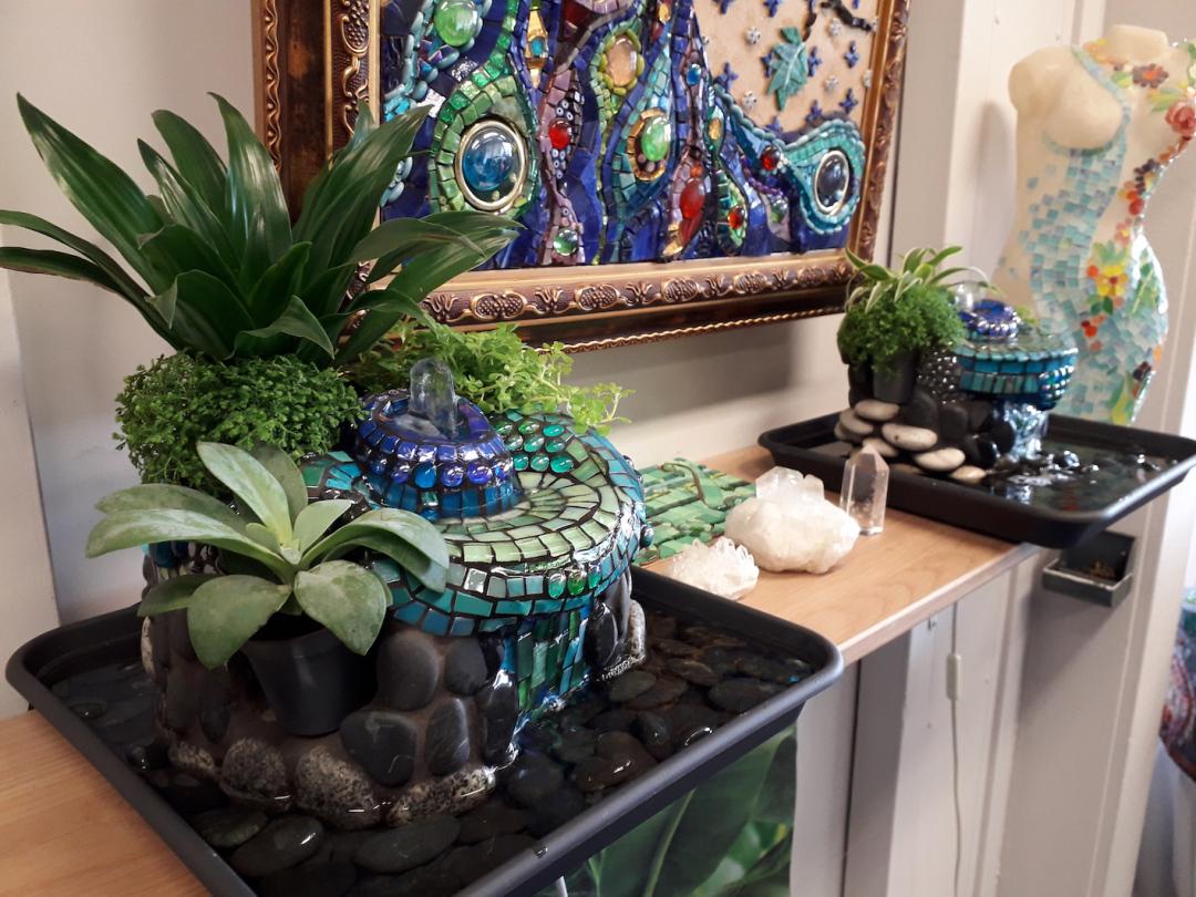 lush mozaiekfonteinen met planten