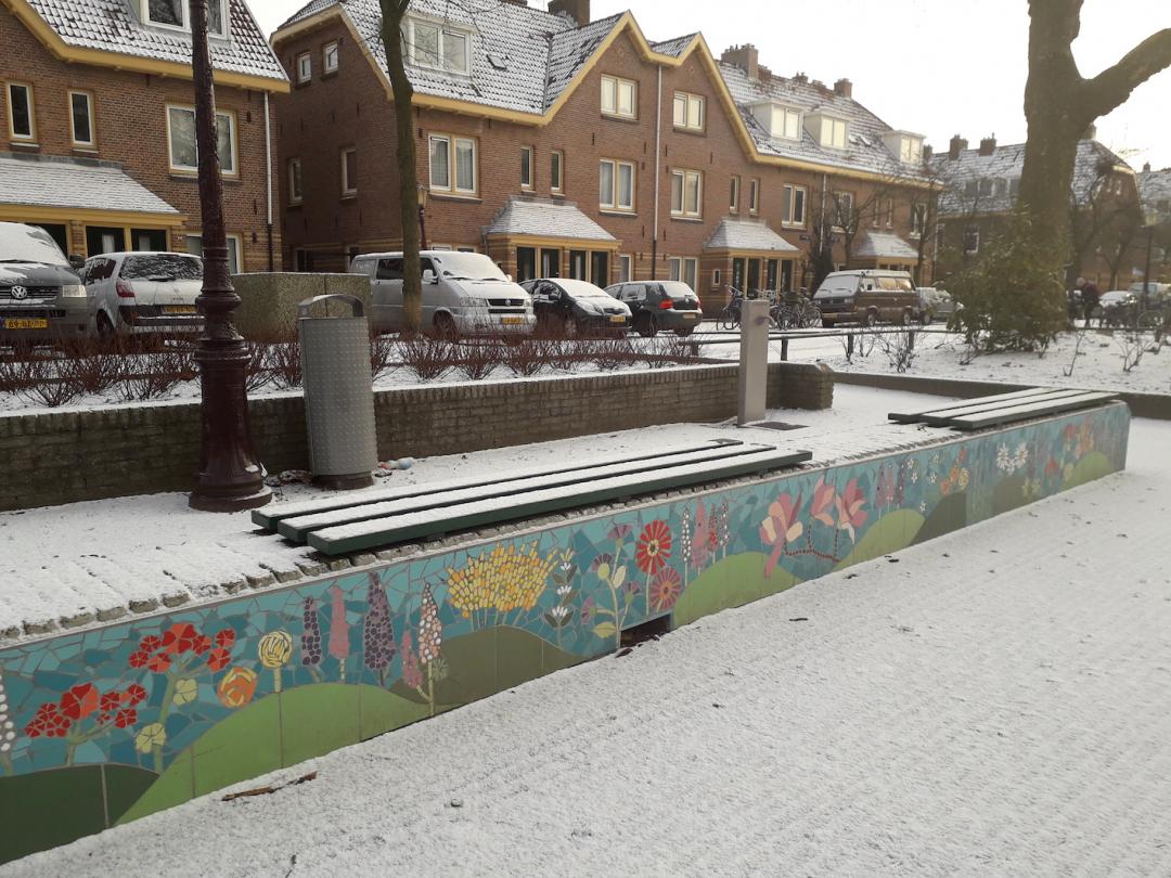 lupineplein- in de sneeuw-vorstbestendige mozaiekmuurtjes